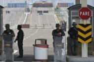 Miembros de la Guardia Nacional de Venezuela permanecen en el puente Tienditas, bloqueado en Urena, Venezuela, en la frontera con Colombia.