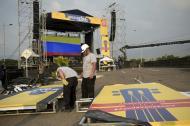 Voluntarios instalan la infraestructura del concierto de hoy en la ciudad de Cúcuta.