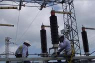 Dos operarios de Electricaribe trabajan en la subestación Cordialidad.