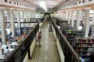 Varias personas buscan libros en la Biblioteca Piloto del Caribe.