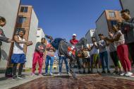 Samir Castro (centro) realiza una serie de movimientos mientras sus compañeros de 'Pazion Crew' lo alientan en Las Gardenias.