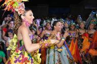 La reina Carolina Segebre baila al ritmo de la Guacherna que entona Milly Quezada.