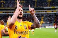 André- Pierre Gignac festejando su gol 100 con la camiseta de Tigres de México