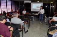 Rosalía Solórzano, funcionaria del Ministerio de Vivienda, lidería en Sucre una reunión con miembros de la Mesa Departamental de Viviendas Gratuitas.