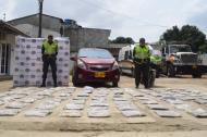 La Policía mostró a la prensa la droga y el vehículo.