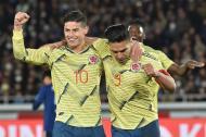 El samario Radamel Falcao García festeja el gol de la victoria con James Rodríguez. Atrás celebra Duván Zapata.