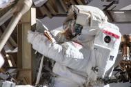 Astronauta Anne McClain trabajando el 22 de marzo en la estación espacial.
