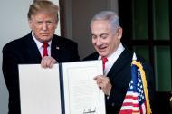 El presidente de los Estados Unidos, Donald Trump, y el primer ministro de Israel, Benjamin Netanyahu, sostienen una proclamación de los Altos del Golán fuera del ala oeste después de una reunión en la Casa Blanca este lunes.