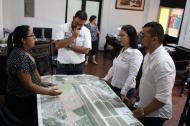 La secretaria privada de la Alcaldía de Soledad, Erika Amarís, muestra la ubicación de los predios favorecidos con titulación a funcionarios de la Superintendencia de Notariado y Registro con sede en Santa Marta.