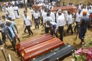 Familiares y amigos entierran a algunas de las víctimas de los atentados en Colombo, Sri Lanka, este martes.
