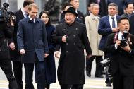 El líder norcoreano Kim Jong al llegar a la estación de tren en el puerto ruso de Vladivostok