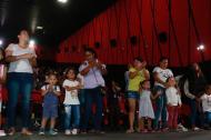 Niños participan del evento junto a sus padres.