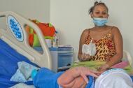 Una mujer observa a un bebé que nació recientemente en el hospital Niño Jesús, en Barranquilla.
