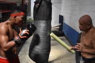 Gogue dándole indicaciones al boxeador Jeovanis 'el Meke' Barraza, al que 'golpea' con un cilindro de fomi.