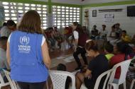 Personal de la Acnur con un grupo de venezolanos en la Pastoral Social de la Arquidiócesis, en Malambo.
