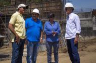 Luis Alberto Escorcia (azul) durante una visita a obras.