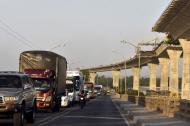 Vehículos de todos los tamaños están detenidos a lo largo de los 1.536 metros que tiene el puente Pumarejo.