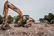 Las máquinas están demoliendo las viviendas que están donde se construirá la vía.
