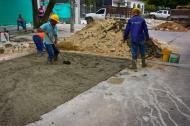 Hombres trabajando en el reparcheo del pavimento de la  calle 75 con carrera 57.