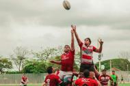 Acción de uno de los partidos del torneo de rugby.