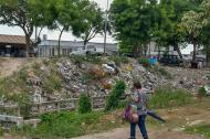 Los habitantes de Las Cayenas deben cruzar un sendero sobre el arroyo.