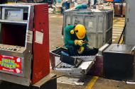 Un operador destruye el interior de una de las maquinas de apuestas ilegales.