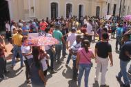 Los docentes de los colegios públicos de Santa Marta frente a la sede de la Alcaldía.