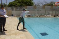 Funcionarios de la Gobernación no solo revisaron la calidad de las piscinas, sino también de los salvavidas.