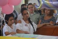Katia Vergara Manchego observa los ataúdes de sus padres Gustavo y Julia y de su hija Mariana.