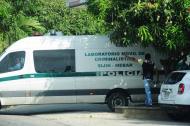 Un vehículo de la Policía sale de las instalaciones de Medicina Legal.