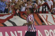 Teófilo Gutiérrez celebra con la afición que se ubica detrás del arco sur el tanto que anotó para darle el triunfo a Junior sobre Santa Fe.