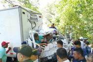 Los tres ocupantes de este camión quedaron aprisionados tras colisionar con una moto cerca de Dibulla.