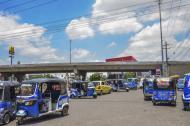Varios motocarros transitan por la rotonda de la calle 30, a la entrada del barrio Hipódromo, en Soledad.