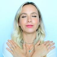 Mantener una postura recta y respirar con frecuencia es vital en la práctica.
