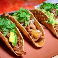 Tacos carnitas, al pastor y ropa vieja de pollo, respectivamente.