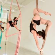 Acrobacia en telas: entrenamiento suspendido en el aire
