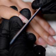 Logra la manicura francesa de colores  en ocho sencillos pasos