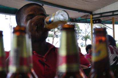 Resultado de imagen para barranquilleros tomando la cerveza