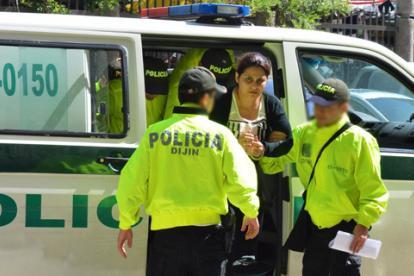 Jassir, custodiada por investigadores de la Policía.