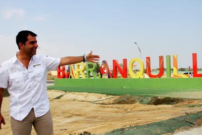 El alcalde de Barranquilla Alejandro Char muestra una de las entradas a la ciudad