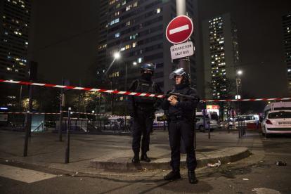 La Policía de París en las afueras de la agencia.