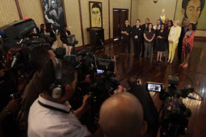 La canciller venezolana, Delcy Rodríguez (c), durante unas declaraciones.