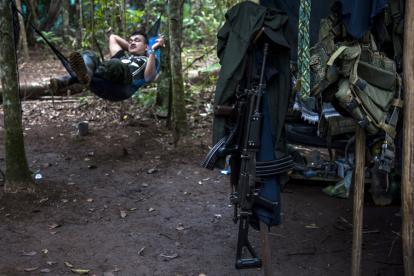 Un guerrillero descansa sobre un chinchorro en un campamento del Yarí.