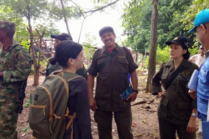 Miembros de las Farc, la ONU y el Gobierno verificando el terreno de una posible zona de concentración.