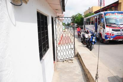 En la puerta de esta vivienda del barrio Abajo de Galapa se registró el asesinato de Boris Racedo.