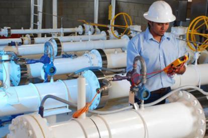 Un operario trabaja en un sistema de gas natural.