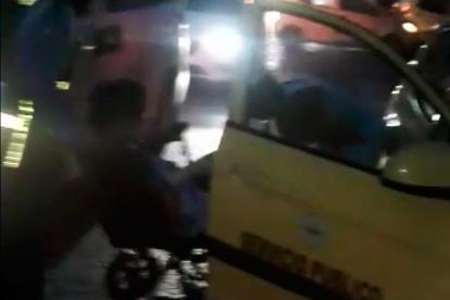 La mujer al final fue transportada por otro vehículo.