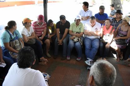 Varios miembros de la comunidad educativa de la Normal La Hacienda durante la protesta de ayer.