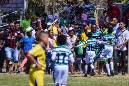 Jugadores del equipo tomasino celebran el primer gol de Sebastián Sarmiento, tras un cobro de penal.