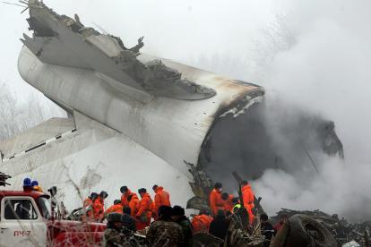 Restos del avión estrellado en Kirguizistán.
